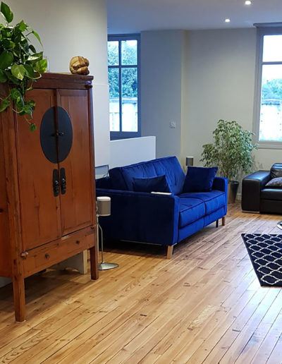 salon-après-travaux-vu-sur--canapé-bleu-electrique-deco-pau