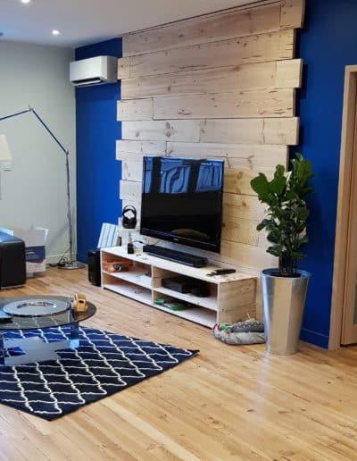 visite-conseil-deco-pau-salon-bleu-electrique-parement-TV-pin